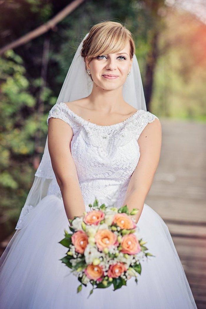 hochzeits schminke, natürlicher look, hochzeitsstrauß mit orangenfarbenen rosen, pony frisur