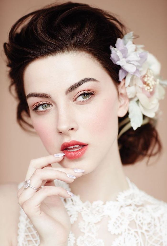hochzeits make up in rose gold, grüne augen, haarschmuck mit blumen, lässige dutt frisur