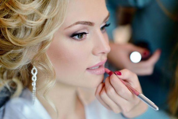 hochzeits make up, rosa lippenstift auftragen, grüne augen, silberne ohrringe, roter nagellack