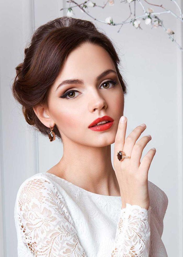 hochzeits make up, roter lippenstift, braune lidschatten, goldener ring mit stein, hochgesteckte haare