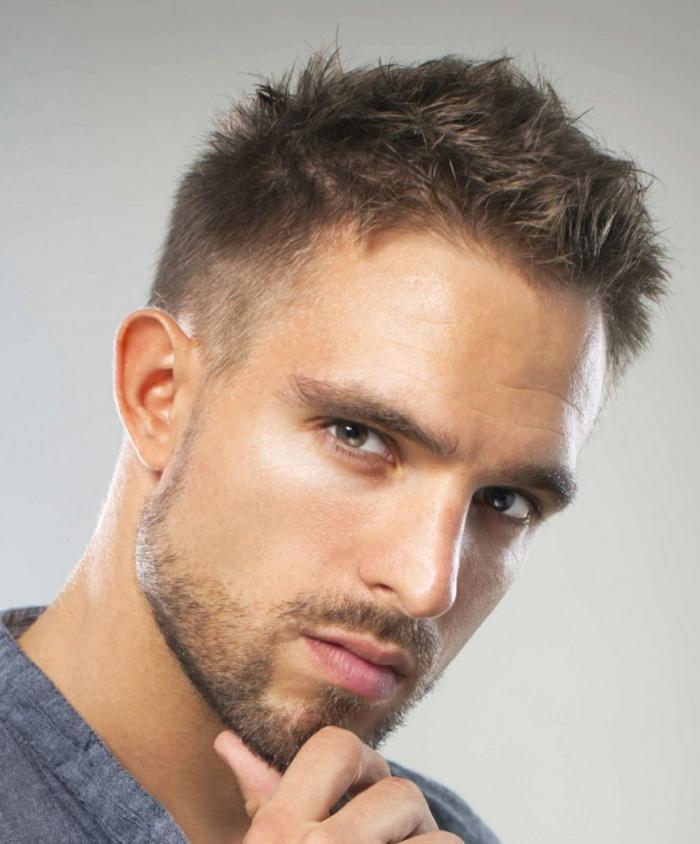kurze Frisur, Trendfrisuren 2017 Männer, braune Haare, hellbraune Augen, hoher Stirn