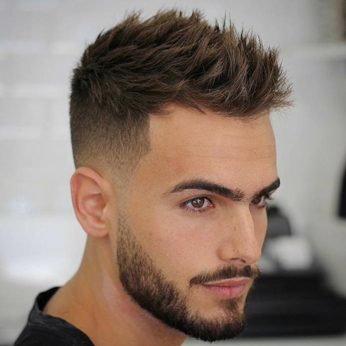 Igelfrisur, Trendfrisuren 2017 Männer, braune Haare und Augen, ein kurzer Bart