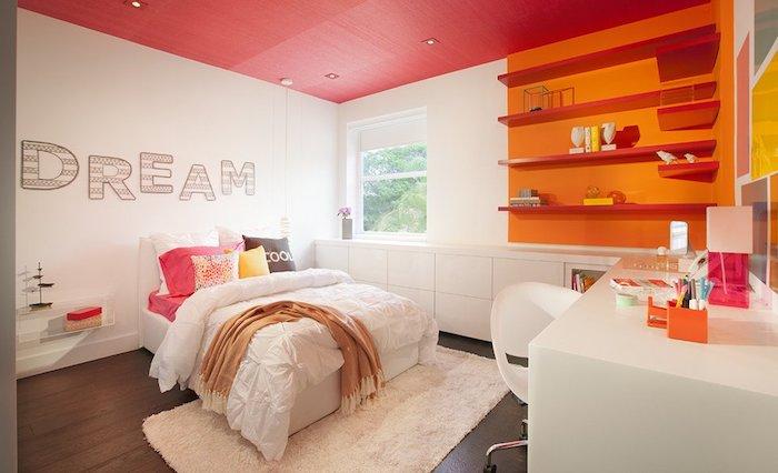 jugend mädchenzimmer, rosa tegale, orangenfarbene wand, wandsticker, rote decke