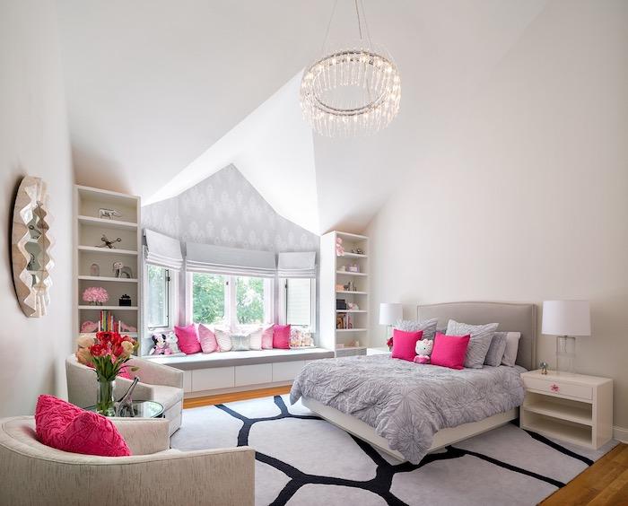 jugend mädchenzimmer, runder kronleuchter, rosa dekokissen, beige sessel