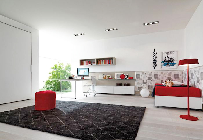 jugendzimmer einrichtung, schwarzer teppich, helles parkett, roter hocker, hohe lampe
