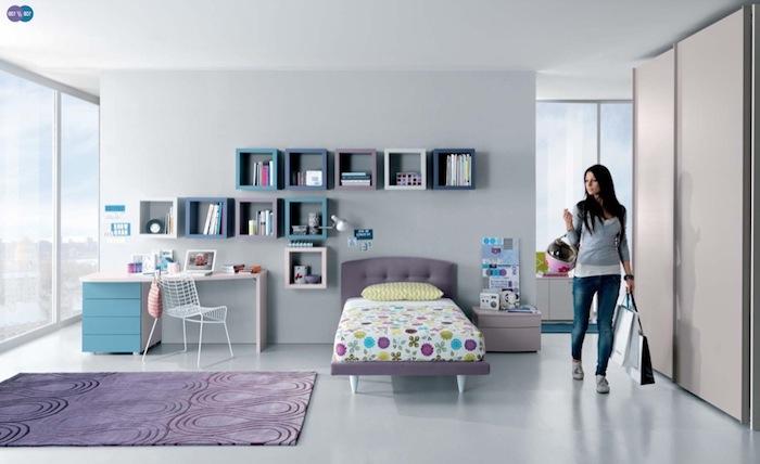 jugendzimmwe für mädchen, grauer bodenbelag, viele quadratförmige regale, lila teppich