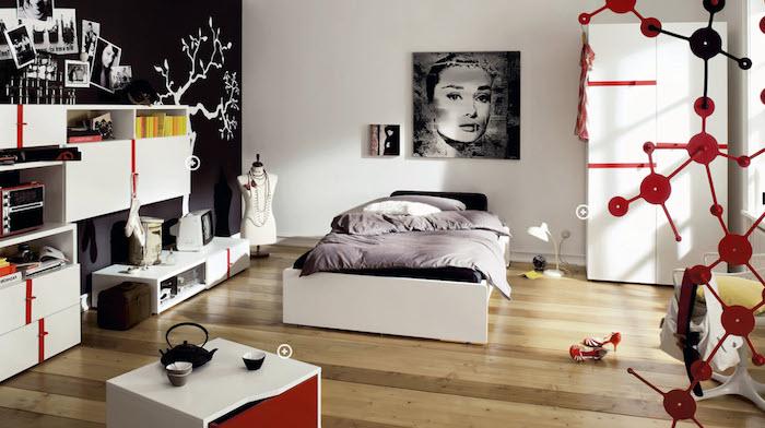 jugendzimmer für mädchen, einrichtung in schwarz, weiß und rot, boden aus holz, bild als wanddeko