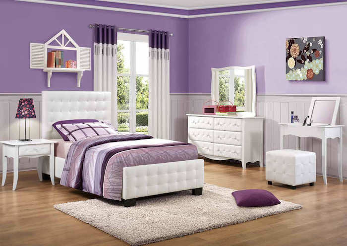 jugendzimmer für mädchen in lila und weiß, spiegel mit schrank, bild mit blumen, beige teppich