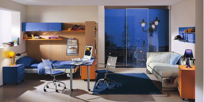 jugendzimmer gestalten, weißes sofa, schrank mit foto, orangenfarbene nachttische