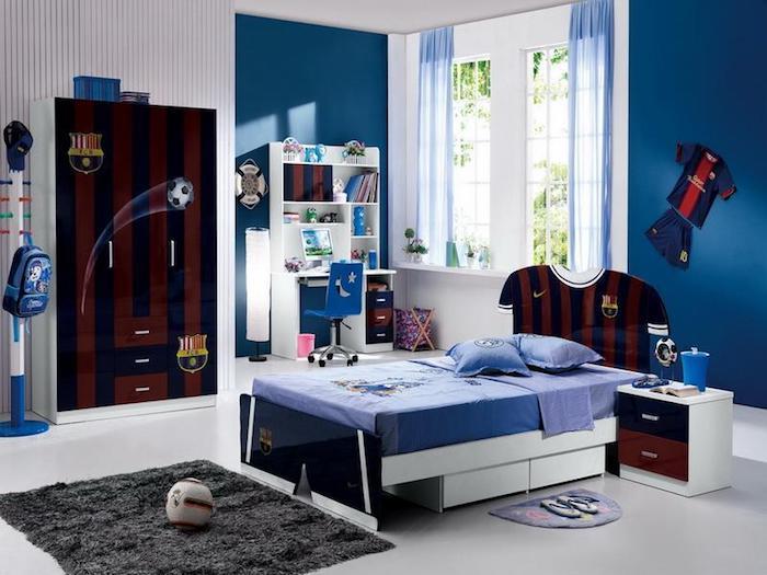 jugendzimmer ideen für kleine räume, flauschiger teppich, fußball t shirts, blaue wände