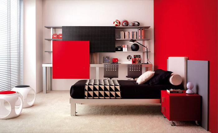 jugendzimmer ideen für kleine räume, möbel set in rot und schwarz, schwarze bettwäsche, sportbälle