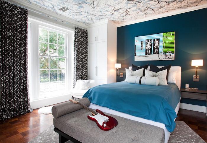 jugendzimmer ideen für kleine räume, türkisfarbene wand, großes bett, guitar, wanddeko bild