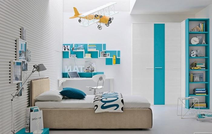 jugendzimmer jungen, hängendes flugzeug, weiße wände, fotowand, türkisfarbenes regal