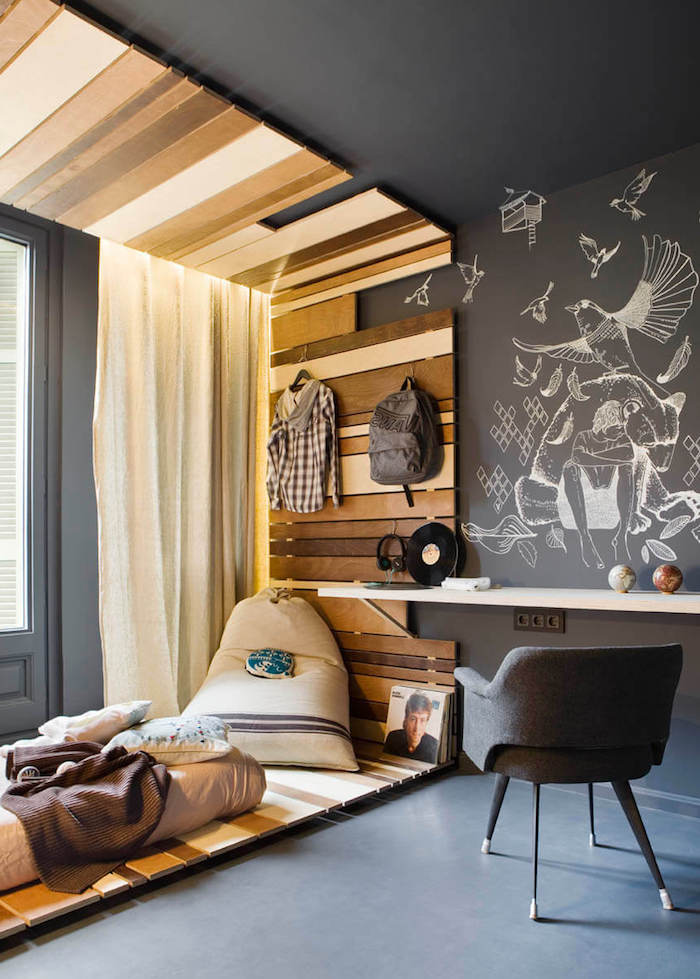jugendzimmer jungen, graue wand, weiße zeichnungen, grauer stuhl, deko aus holzdielen