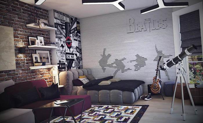 dunkelrotes sofa, graues bett, jugendzimmer jungen, große wanddekoration, ziegelwand