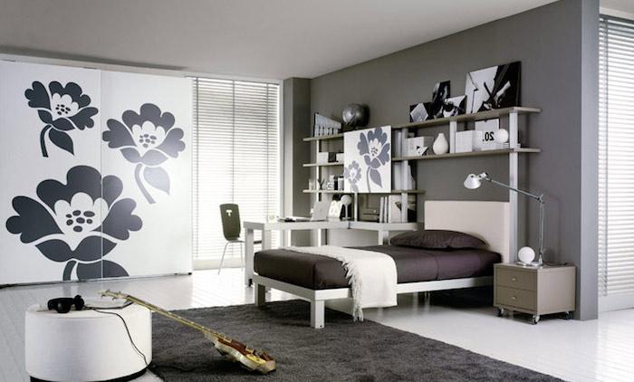 jugendzimmer mädchen modern, weißer bodenbelag, weißer schrank mit großen schwarzen blumen