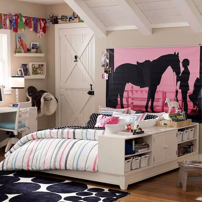 jugendzimmer mädchen modern, rosa tapete mit pferd und frau, bett mit regalen