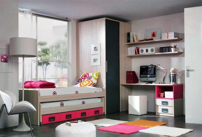 jugendzimmer mädchen modern, dreifarbiger teppich, schreibtisch mit komputer, weißer runder hocker
