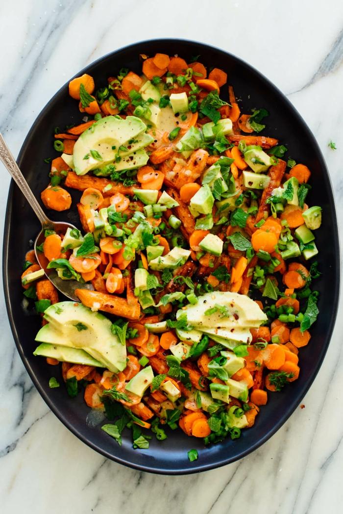 Karotten, Frühlingszwiebel, Avocado Rezepte Salat in einer schwarzen Pfanne