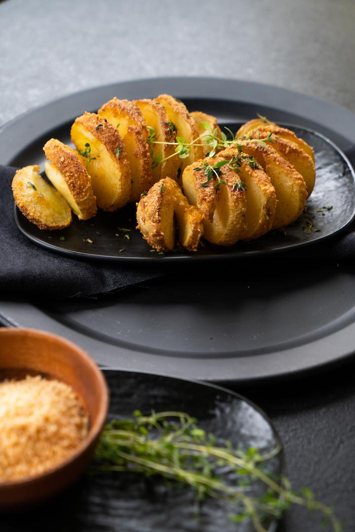 Fingerfood Rezepte zum Ausprobieren, fächerförmige Kartoffeln aus dem Ofen