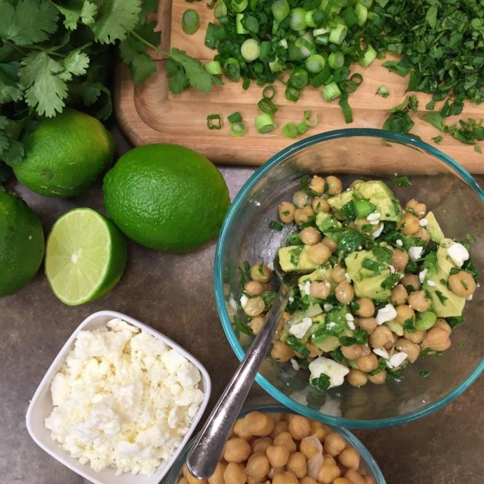 Feta Käse, Kichererbsen, Salat mit Avocado, Frühlingszwiebel, Limettensaft