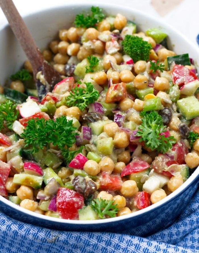 Kichererbsen, Petersilien, kleine Stücke Tomaten und Radierchen, Avocado Rezepte Salat