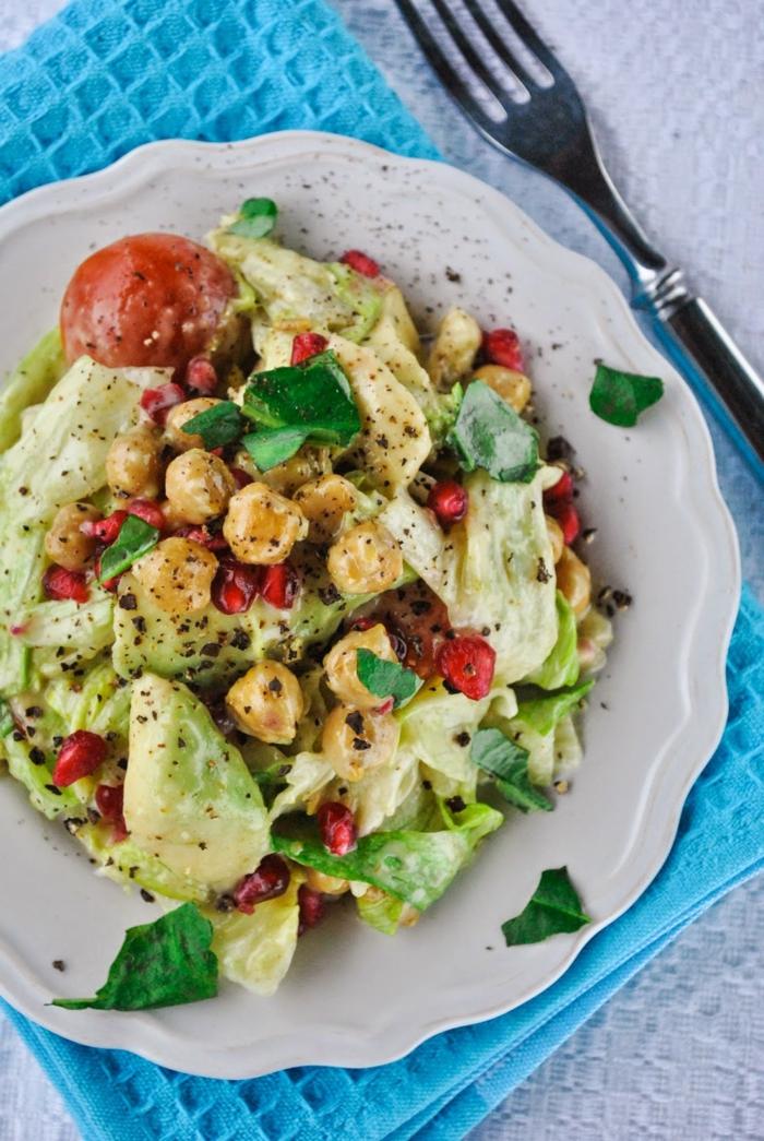 eine bunte Mischung aus Kichererbsen, Salatblätter, Tomaten und Pfefer, Salat mit Avocado