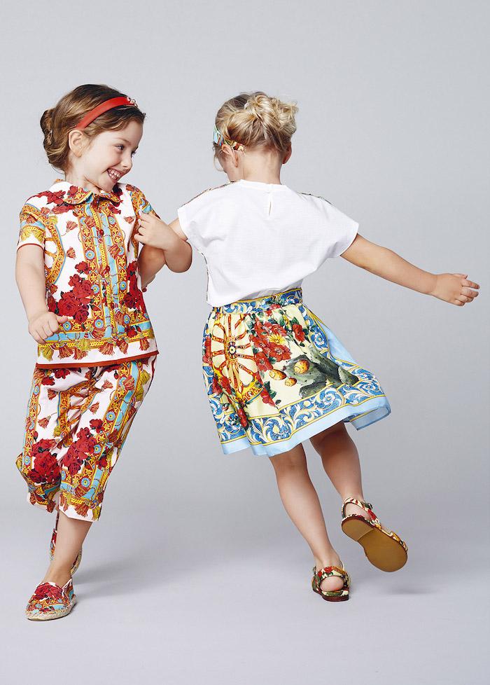 Hochsteckfrisuren für Mädchen, buntes Outfit und Schuhe, weißes Hemd und bunter Rock, rotes Haarband