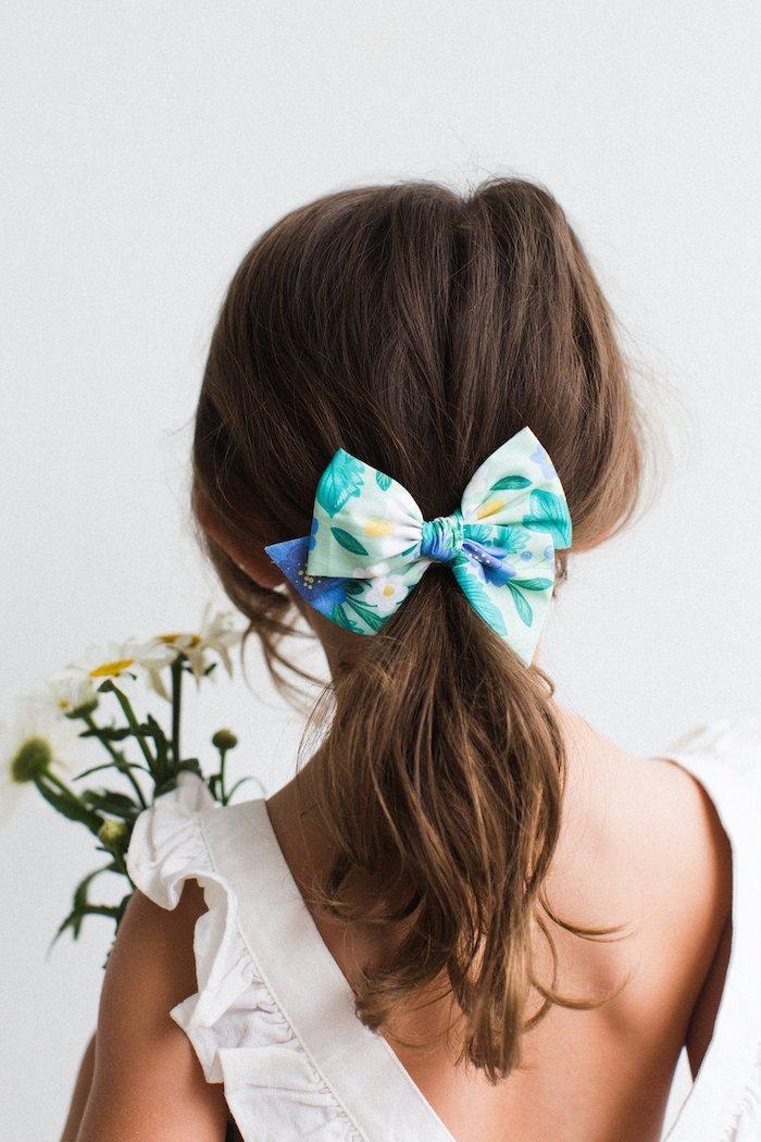Haarschmuck für Kinder, Schleife mit Blumenmuster, lange braune Haare, weißes Sommerkleid