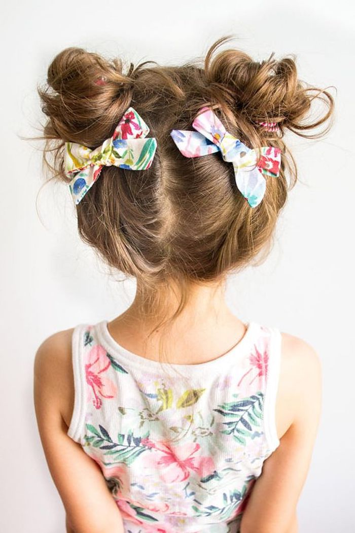 Double Bun mit bunten Schleifen, tolle Kinderfrisur, weißes Top mit Blumenmuster, lange hellbraune Haare