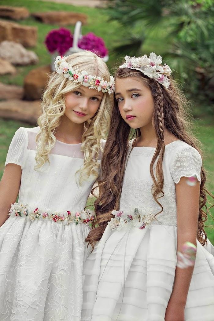 Kinderfrisuren für besondere Anlässe, offene lange Haare, Haarkranz mit Blüten, weiße elegante Kleider, Frisuren und Outfits für Brautjungfern