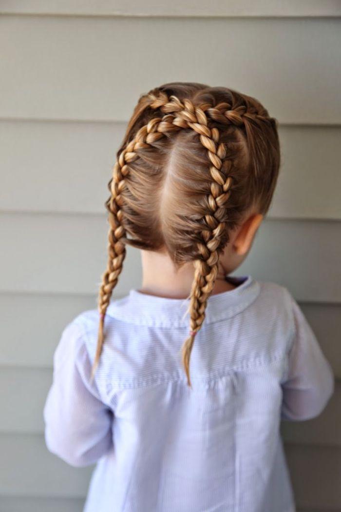 Schöne Flechtfrisur für Mädchen, zwei Zöpfe für lange Haare, weißes Hemd mit langen Ärmeln