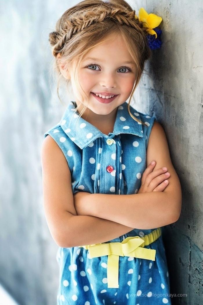 Haarkranz flechten, echte Blumen im Haar, blaues Kleid mit gelbem Gürtel, blonde Haare und blaue Augen