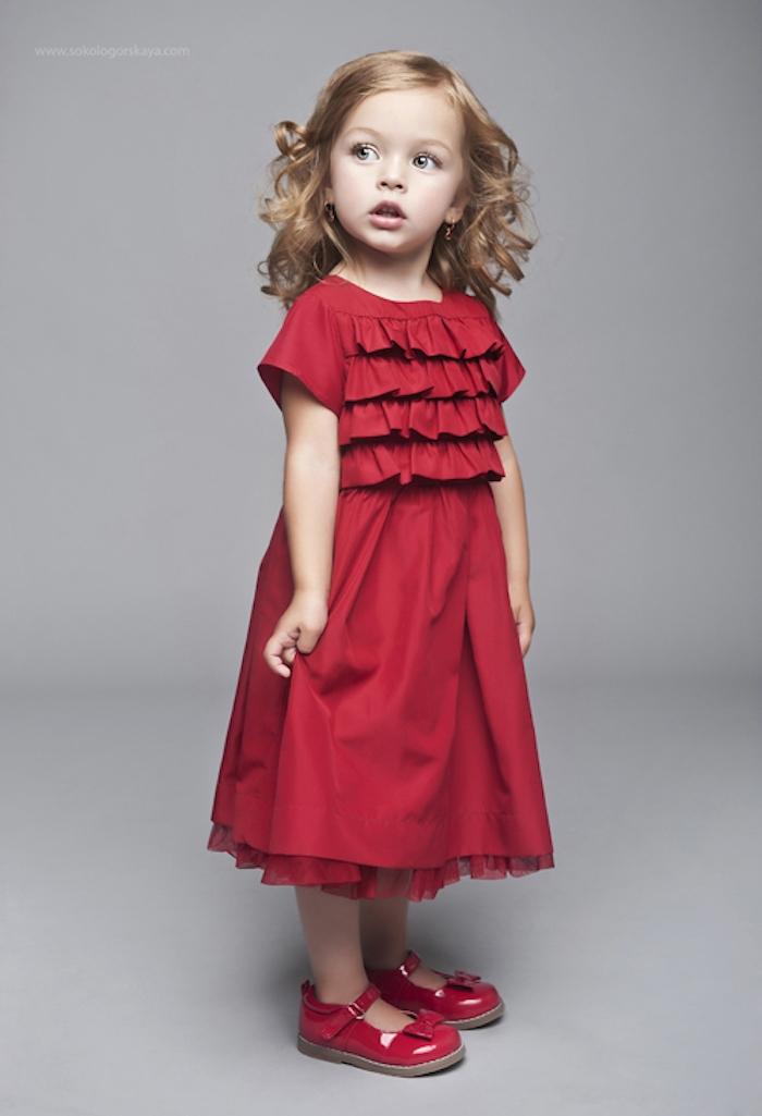 Frisuren und Outfits für Mädchen, rotes langes Kleid mit Tüll und kurzen Ärmeln, rote Schuhe, dunkelblonde wellige Haare