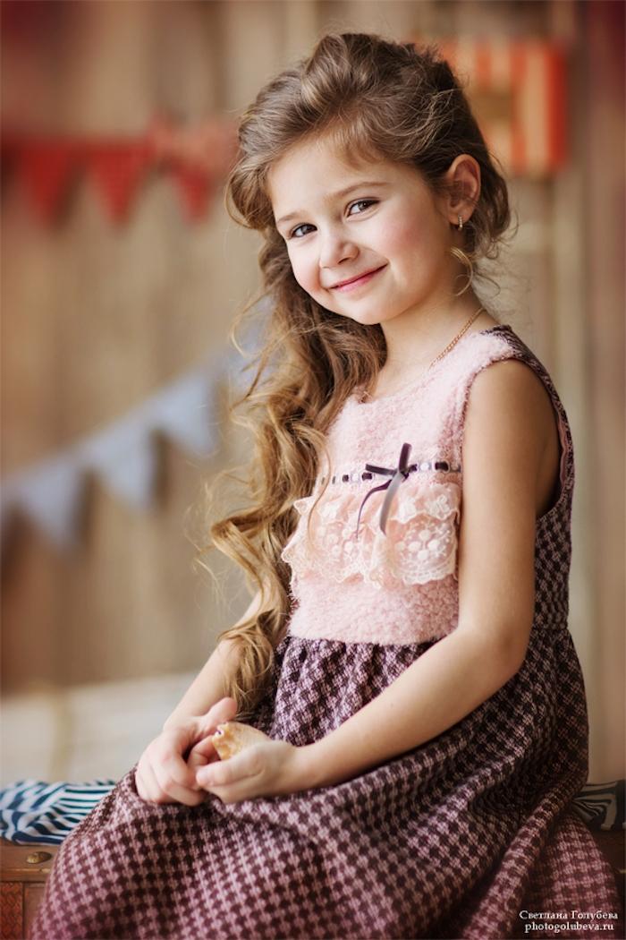 Lange halboffene Haare, elegantes Kleid mit Spitzenelementen, Kindermode und Kidnerfrisuren