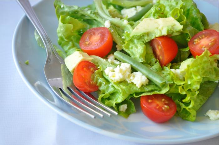 ein gesunder Salat aus Salatblättern, Kirschtomaten, Bohnen, Käse und Avocado, Avocado Rezepte Salat