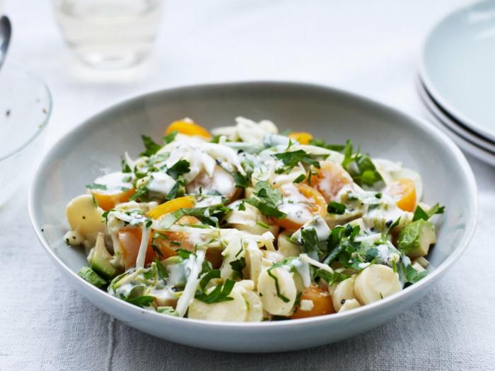 Sellerie, Käse, Avocado Tomaten Salat mit Kirschtomaten und gelbes Paprika