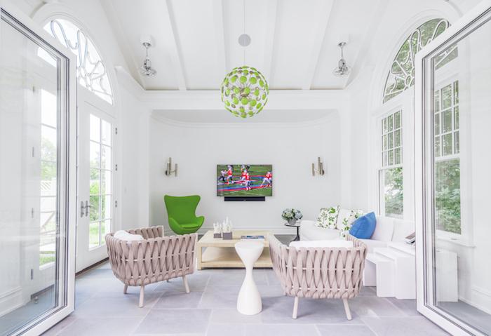 weißes haus mit weißen wänden aus holz und einer grünen lampe und grünen und weißen sofas