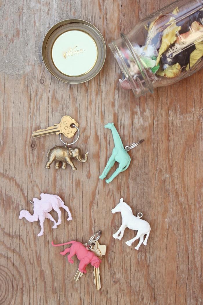 eine Menge Tierchen Spielzeuge, die gefärbt werden, die alten Spielzeuge neu benutzen, DIY Schlüsselanhänger