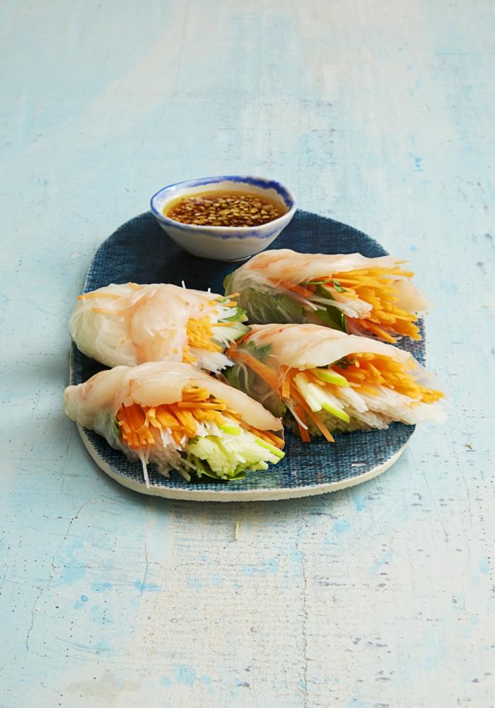 Wraps von Kohl, Gemüse auf kleinen Stücke darin, gesunde Ernährung Rezepte