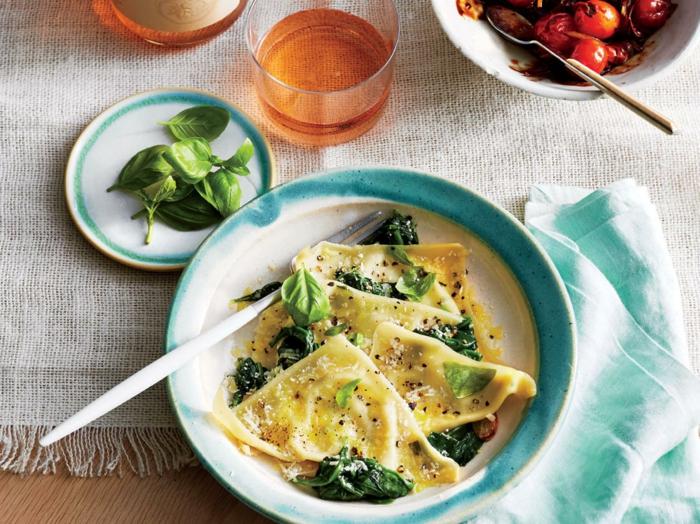 kleine Stücke Teig, Spinat und Rucola, gesunde Ernährung Rezept in einem blauen Teller