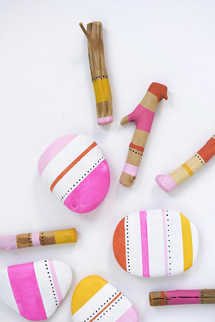 Kleine Steine und Stäbchen mit bunten Farben dekorieren, Bastelideen für Kinder und Erwachsene