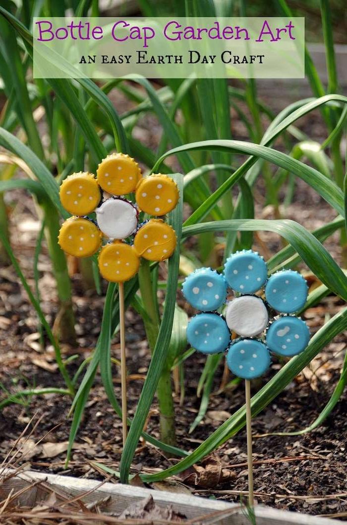 ein kleiner garten mit einer dekoration mit kleinen blauen und gelben blumen aus gelben und blauen kronkorken und mit gras, basteln mit kindern ideen