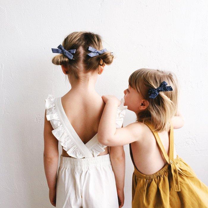 Hochzeitsfrisuren und Outfits für Kinder, Double Bun mit Schleifen, weißer Jumpsuit