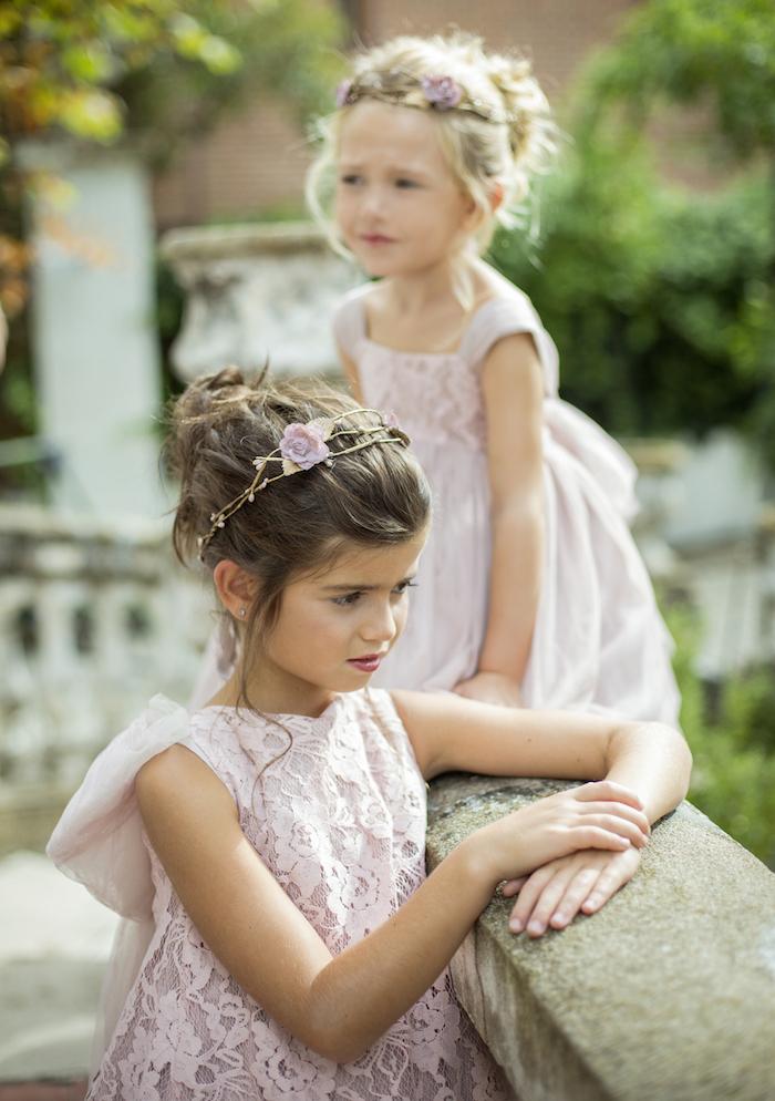 Süße Brautjungfern, rosafarbene Spitzenkleider, elegante Hochsteckfrisuren mit Blumenkränzen