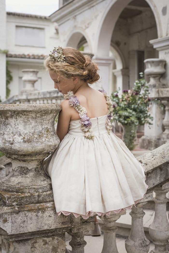 Weißes Kleid mit Blumen Applikationen, niedriger Bun, Blumen im Haar, Frisuren für Brautjungfern