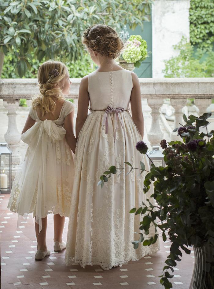 Frisuren und Kleider für Brautjungfern, weiße elegante Kleider für Mädchen, Frisuren für lange und mittellange Haare