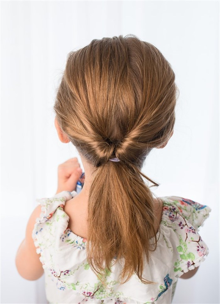 Schöne Frisur für lange und mittellange Haare, hellbraune Haare, weiße Bluse mit Blumenmuster
