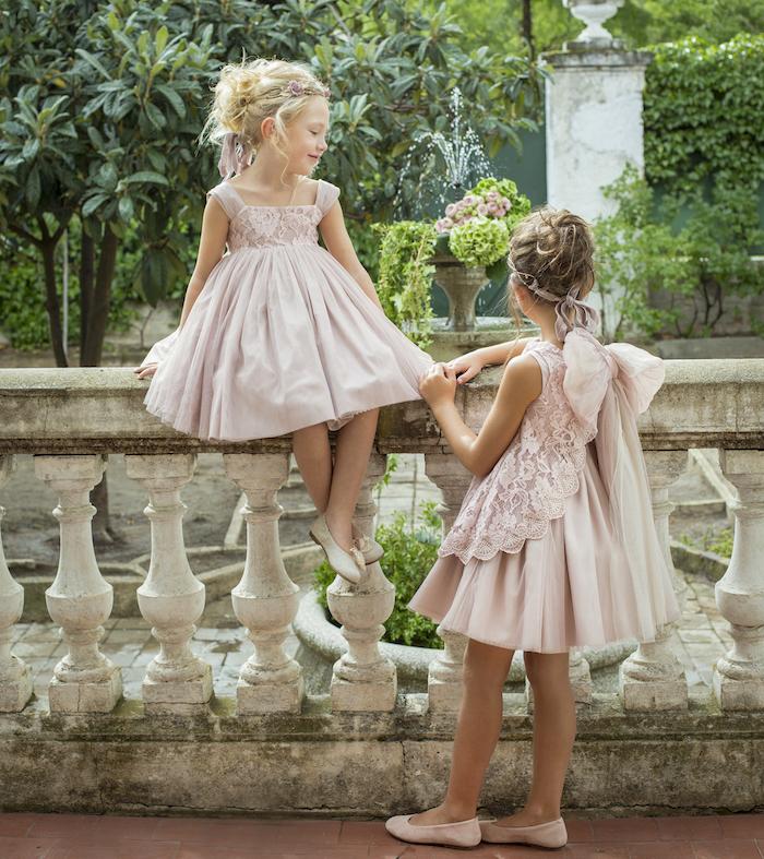 Kleider und Frisuren für Brautjungfern, Kleider in Zartrosa mit Schleifen und Spitzenelementen