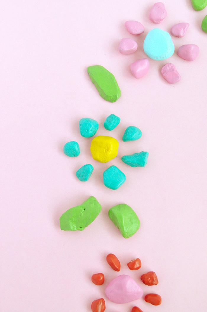 Kleine Steine mit bunten Farben bemalen, Kranz gestalten, schöne DIY Idee für Kinder